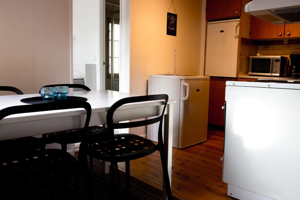 Köksbord för fyra och kan kompletteras med pallar.