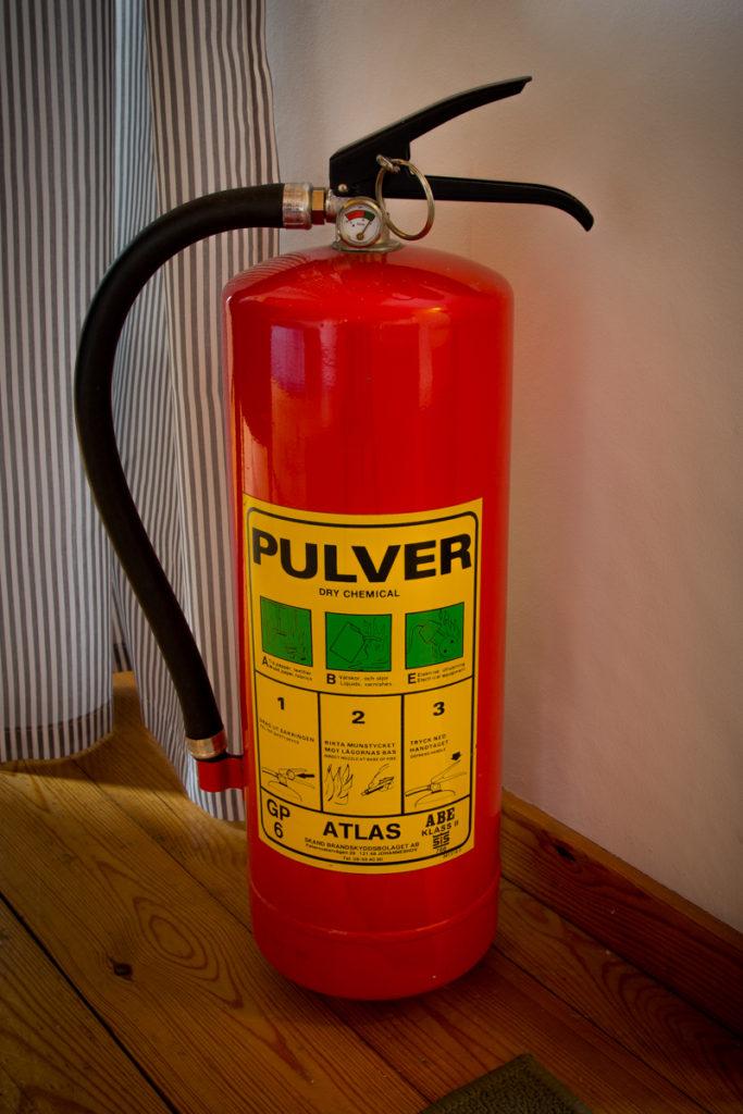 Brandvarnare, brandsläckare, brandfilt och först hjälpenkit finns i gårdshuset.