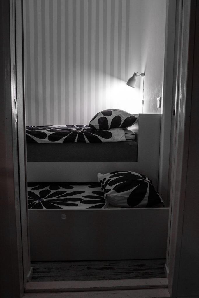 Sovrummet med en säng som är 90 cm bred och en utdragbar slaf på 80 cm.