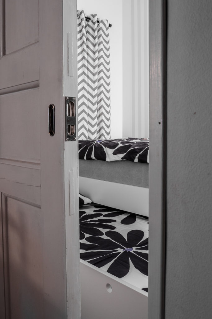 Ett sovrum med skjutdörr för lite avskildhet.