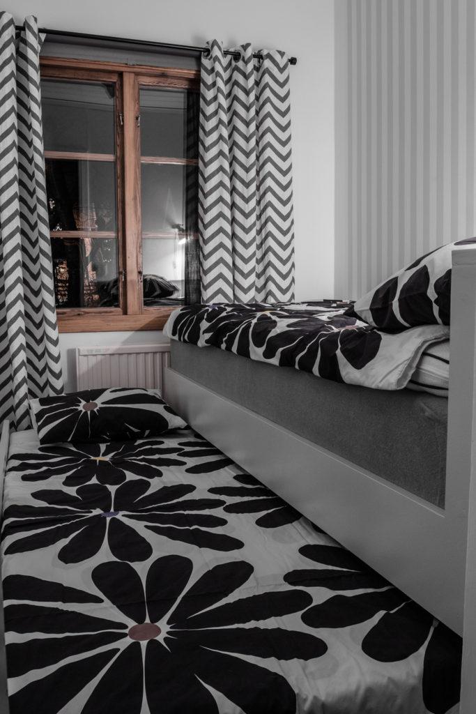 En utdragbar säng med ribbbotten med komfortzoner som anpassar sig efter din kropp tillsammans en kvalitétsmadrass.