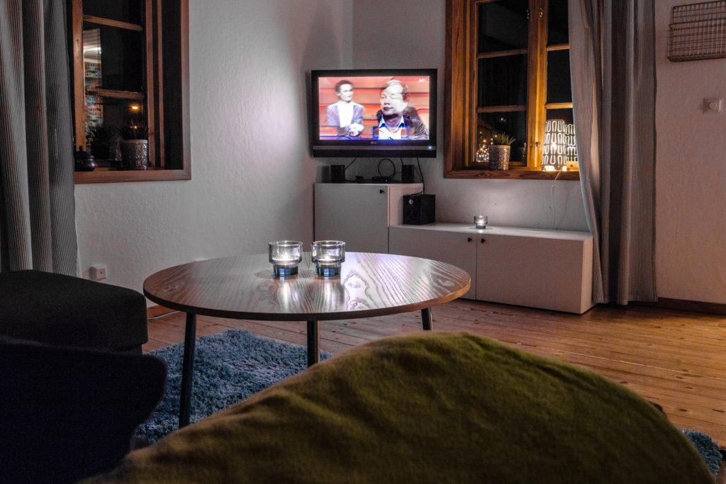 Njut av en film i soffan i vardagsrummet.